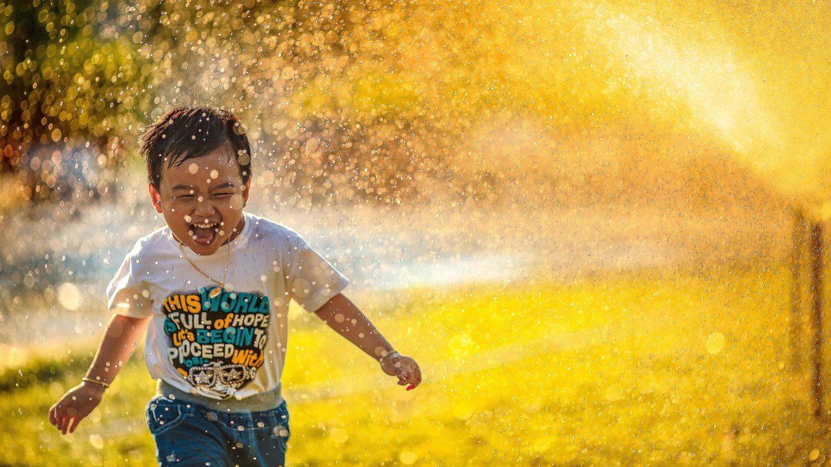 Dlaczego warto praktykować radość na co dzień i 10 prostych wskazówek, jak to robić.