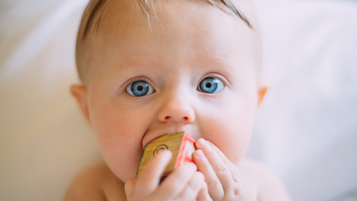 Jak wybrać dobre zabawki dla małych dzieci? 9 wskazówek, których nie podpowiada intuicja.