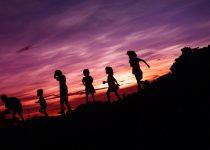 Zalecenia WHO dla dzieci poniżej 5. roku życia - więcej ruchu, mniej ekranów, dużo snu